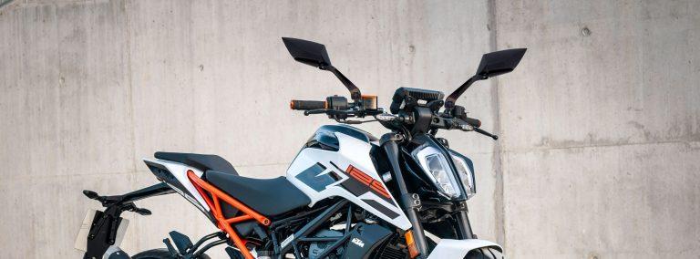 Motocicleta com retrovisor Koso