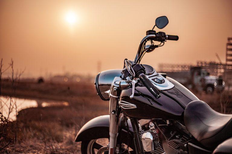 Foto de motocicleta com manopla com peso