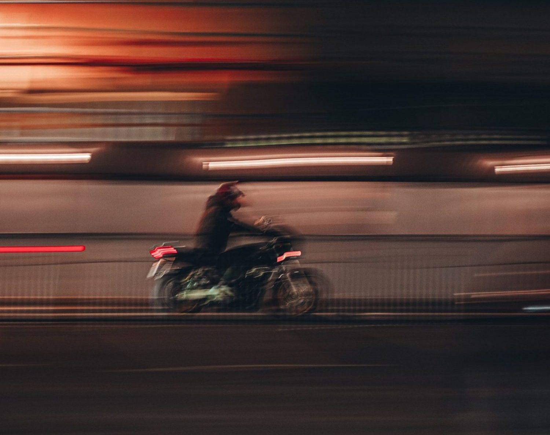 pessoa andando em moto em alta velocidade